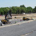 Uitvoering van de randen die de knopen en waterdoorlatende parkeerplaatsen aangeven (mei 2015).