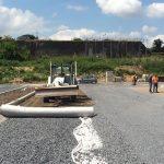 Plaatsing van het geotextiel en aanbrengen van het mengsel aarde-steen (juni 2015)