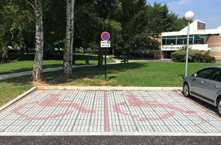 Revêtement de sol extérieur drainant accessible PMR