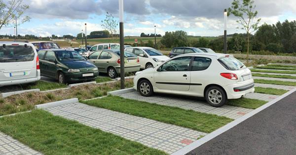 Aménagement de parking vert en dalles gazon