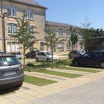 Voie d'accès perméable et stationnements mixtes pavés-gazon (juin 2015)